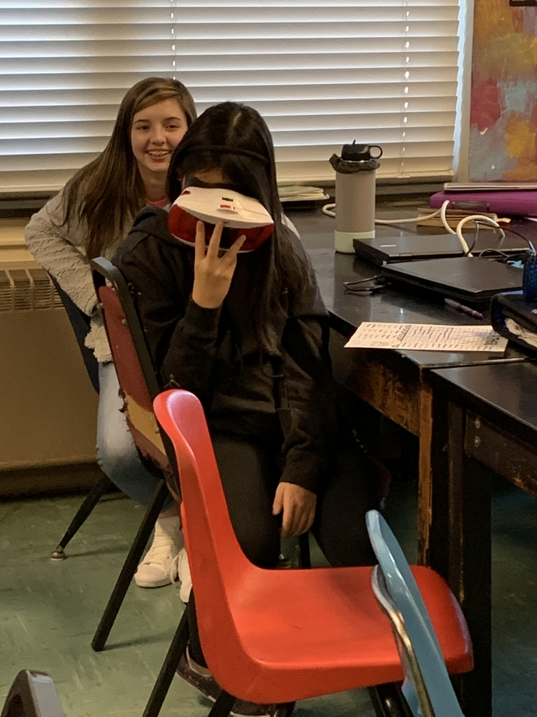 Student uses Virtual Reality Goggles